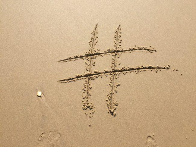 Instagram für Unternehmen - Hashtag im Sand