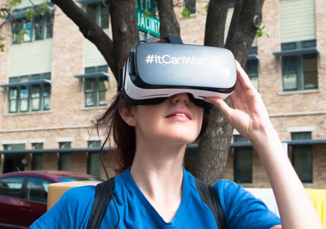 """Virtual Reality eröffnet dem Betrachter neue Möglichkeiten Storys zu erleben. Beispielsweise dreht sich das """"Bild"""" mit dem Betrachter mit und er kann nach unten sehen bzw. sich nach einem Verfolger umdrehen."""