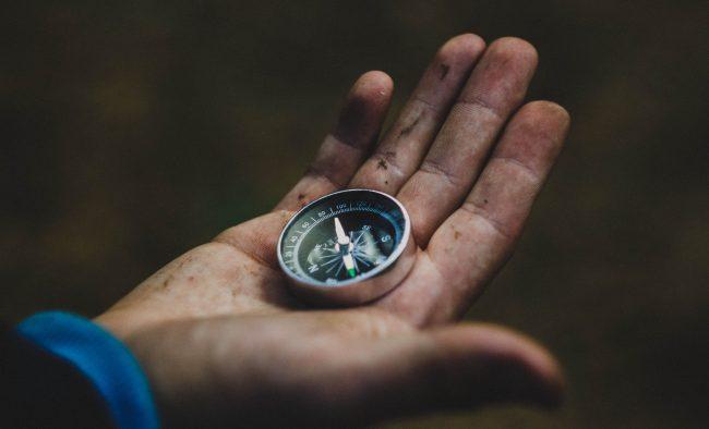 Redaktionsmanagement Artikel: Kompass in einer geöffneten Hand