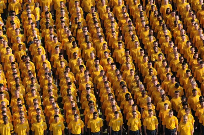 Foto mit Menschengruppe mit dem gleichen gelben Shirt
