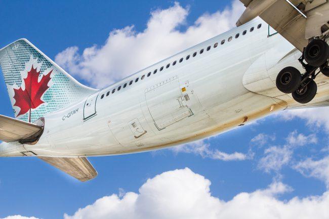 Ungewöhnliche Perspektive auf ein Flugzeug der Air Canada