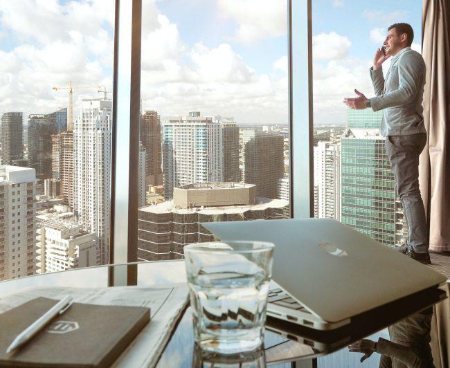 Büro mit Blick auf die Skyline einer Stadt