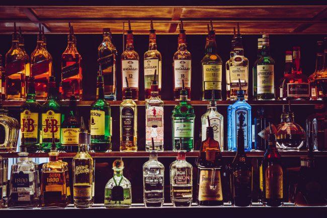 Bar mit beleuchteten Flaschen
