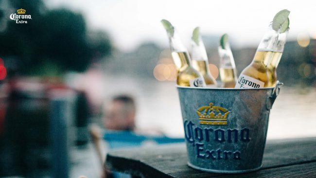 Werbebild Corona-Flaschen im Metalleimer und Eis